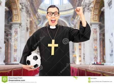 prêtre-masculin-avec-le-football-encourageant-dans-une-église-38733953